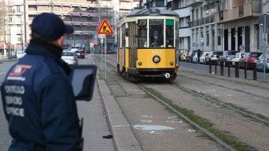Attraversa i binari mentre ascolta musica con le cuffie, donna travolta dal tram
