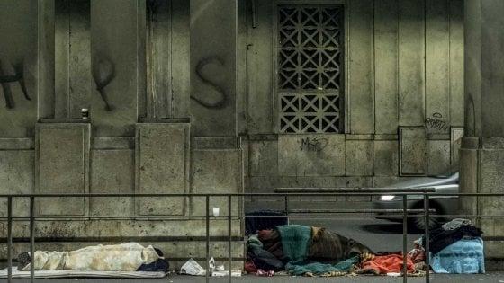 Volontari al lavoro nei sottopassi della Stazione Centrale, 29 clochard portati al caldo