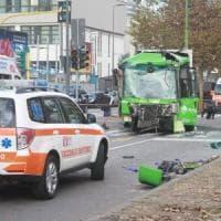 Scontro tra un filobus e un camion dei rifiuti a Milano: 18 feriti, una donna in coma