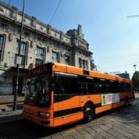 Milano, incidente tra autobus Atm e moto: feriti lievi