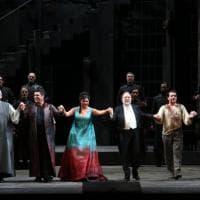 La prima di Tosca è un trionfo, il saluto dei protagonisti sul palco. E in tv è record di ascolti