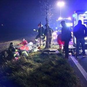Esce di strada e l'auto finisce nel canale: 40enne muore nel Milanese