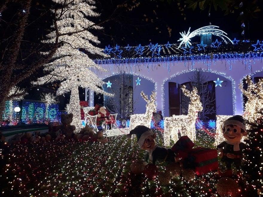 La casa di Babbo Natale torna a illuminarsi, si rinnova la tradizione di Melegnano