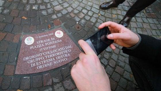 I nomi delle vittime incisi sulle formelle di porfido, così Milano commemora la strage di Piazza Fontana