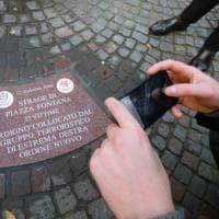 I nomi delle vittime incisi sulle formelle di porfido, così Milano commemora