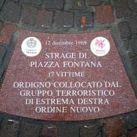 Piazza Fontana, installate le formelle con i nomi delle vittime