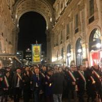 La marcia dei sindaci per Liliana Segre, a Milano fasce tricolore da tutta