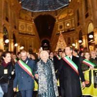 """Centinaia di sindaci in marcia per Liliana Segre a Milano: """"Cancelliamo le parole odio e..."""