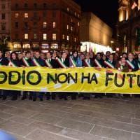 Milano abbraccia Liliana Segre: centinaia di sindaci alla marcia contro l'odio