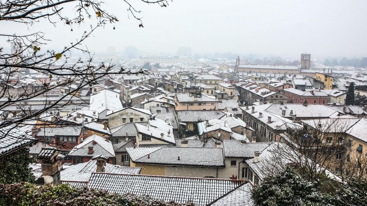 Maltempo in Lombardia: arriva la prima neve, scatta l'allerta a Milano