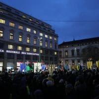 Applausi e commozione in piazza Fontana per il ricordo della strage 50 anni dopo