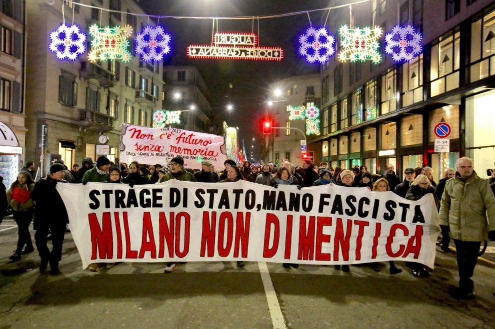 Strage di piazza Fontana, il corteo degli antifascisti e dei centri sociali e l'omaggio a Pinelli e Saltarelli