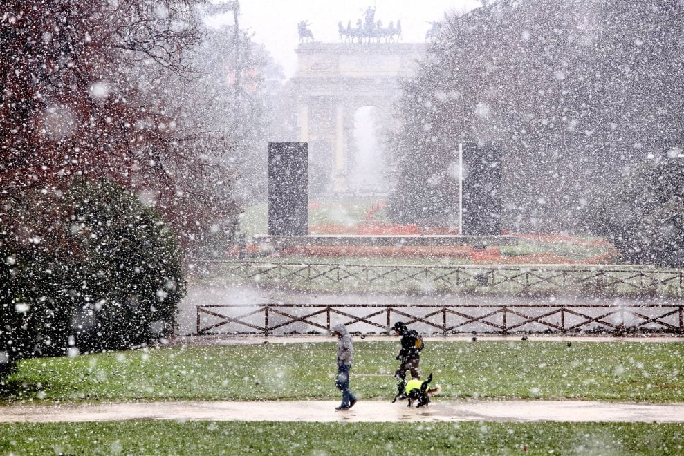 Prima neve a Milano, ma l'effetto Natale dura poche ore