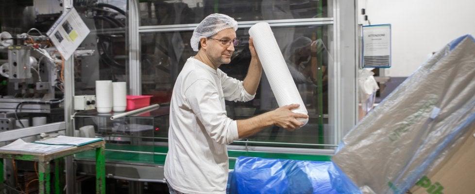 """La fabbrica di plastica e l'ambiente da salvare:  """"Noi operai non siamo i killer del pianeta"""""""