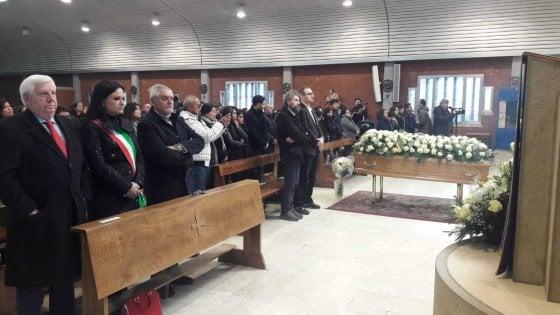 """Folla al funerale di Shirley la donna morta nello scontro filobus-camion. La sorella: """"Vogliamo giustizia"""""""