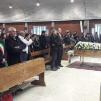 Folla al funerale di Shirley la donna morta nello scontro filobus-camion.