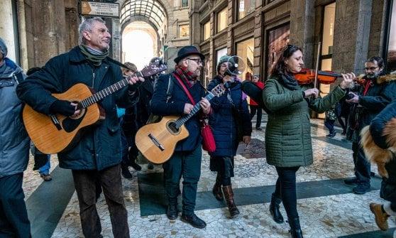 Una catena umana e tanta musica in ricordo di Pinelli e delle vittime di Piazza Fontana