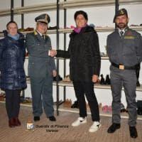 Il regalo di Natale della Guardia di Finanza: 300 paia di scarpe nuove sequestrate in dono ai bisognosi del Varesotto
