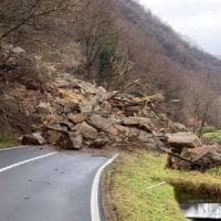 Frana in Valtellina, strada invasa da 5mila metri cubi di detriti: si cerca l'autista di un furgone