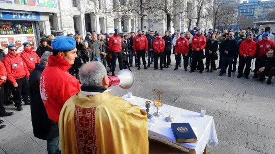 Il Natale dei clochard a Milano: preghiera interreligiosa e panettoni alla Centrale con i City Angels