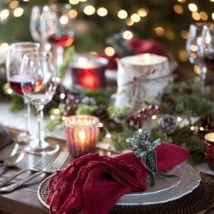 Sulla tavola non ci sono i tovaglioli di Natale: ubriaco picchia i familiari, arrestato nella Bergamasca