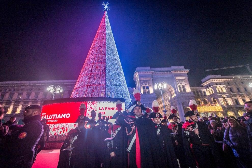 Ciao Natale, ci vediamo l'anno prossimo: ultime accensioni dell'albero in piazza Duomo e delle luci in Darsena