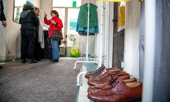A Milano nasce il muro della gentilezza: abiti, scarpe e coperte a disposizione di chi ha bisogno