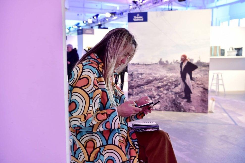 Ma quanto è glamour la moda sostenibile: abiti dalle reti dei pescatori e gioielli dalla polvere di marmo