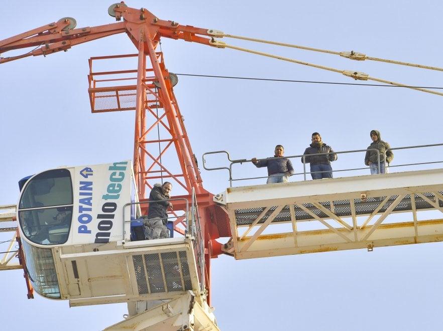 A 60 metri sulla gru: operai protestano in un cantiere a Milano