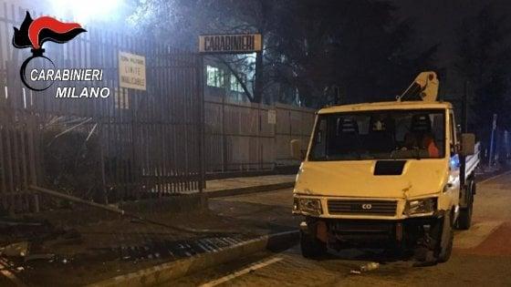 Arrestano il figlio, 52enne sfonda con un furgone il cancello della caserma a Sesto San Giovanni: fermata e portata in carcere