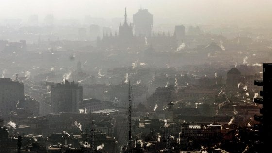 """Smog, a Milano """"situazione allarmante: siamo in emergenza"""". Il Comune anticipa a oggi i divieti di secondo livello"""