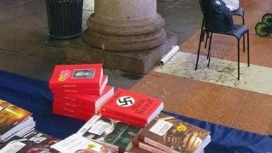 Il Mein Kampf tra svastiche e foto di Hitler in vendita su bancarella in piazza Duomo