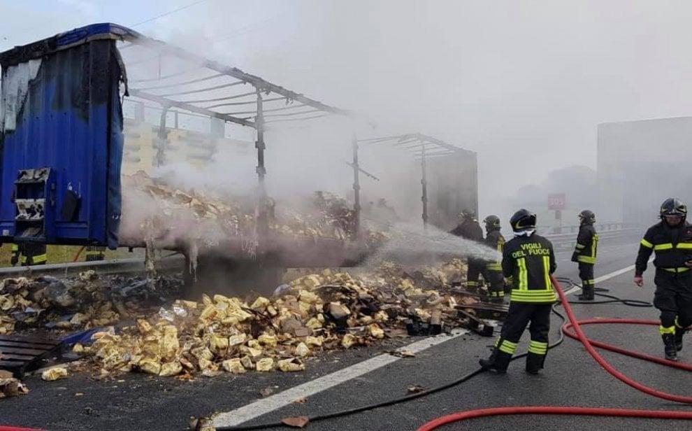 Camion carico di biscotti in fiamme sull'autostrada a Milano: l'intervento dei vigili del fuoco