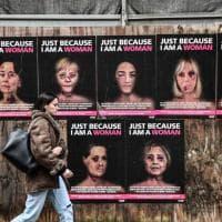 Merkel, Ocasio-Cortez e Michelle Obama piene di lividi: la provocazione di Alexsandro Palombo a Milano