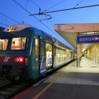 Per protesta mettono tronchi d'albero sui binari, disagi sulla linea Bergamo-Milano