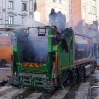 Milano, prende fuoco un compattatore dei rifiuti, traffico in tilt nella zona di Porta Ticinese
