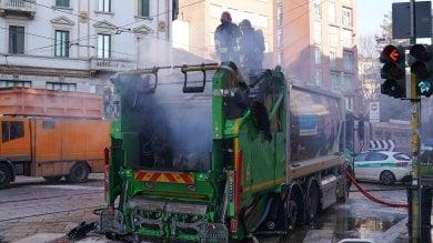 Foto  A fuoco un compattatore dei rifiuti, traffico in tilt nella zona di Porta Ticinese