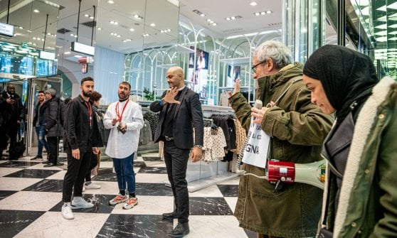 """Flash mob degli ambientalisti in Galleria a Milano: """"Ridurre produzione di Co2, i negozi tengano le porte chiuse"""""""
