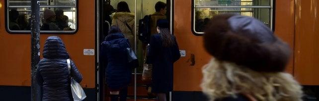 """""""Divieto di fumo alle fermate di tram e bus"""": la proposta antismog del sindaco   · Il sondaggio"""