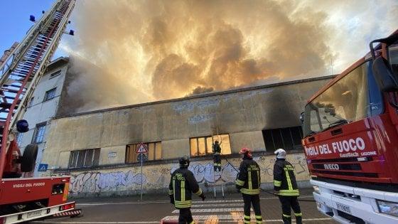 Risultati immagini per A fuoco ex fabbrica, evacuata una scuola