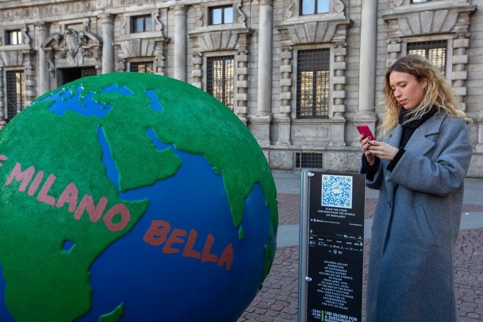 Globi d'artista per parlare di emergenza climatica: cento opere invadono Milano