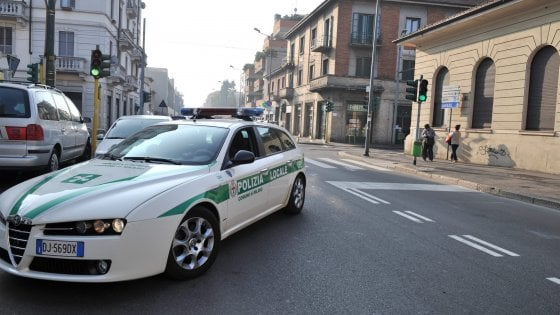 Investe una 13enne, la carica in auto e l'abbandona vicino a casa: denunciata pirata della strada a Milano