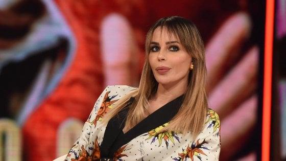 Nina Moric denuncia l'ex fidanzato per maltrattamenti, li avrebbe subiti anche il figlio avuto da Corona