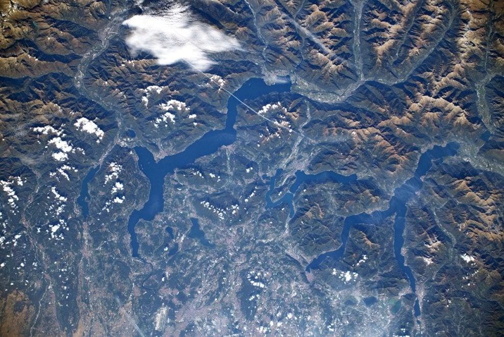 La cartolina di Parmitano dallo spazio: ecco le foto dei laghi lombardi