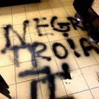 Svastiche e insulti razzisti sulla vetrina di un bar nel Bresciano