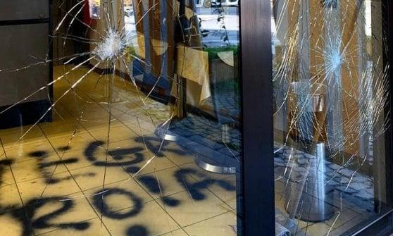 Sfondano vetrina e scrivono insulti razzisti con svastica in un bar gestito da una italo-marocchina nel Bresciano