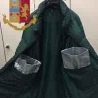 Tasche schermate nel cappotto per nascondere la borsa da 4mila euro rubata