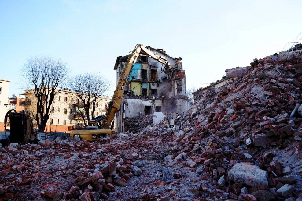 Abbattute le case popolari di via Lorenteggio: passo avanti per la riqualificazione del quartiere