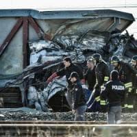 """Deraglia treno alta velocità a Lodi, morti i due macchinisti. Feriti in 31. Il procuratore: """"Scambio in posizione non giusta"""""""