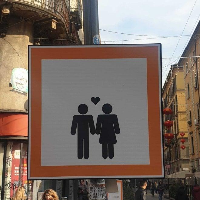 Gli omini con i cuori: curiosi cartelli spuntano in via Sarpi a Milano